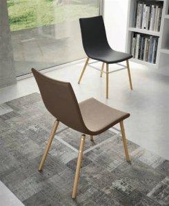 Sedia con gambe in legno massello rivestita in ecopelle